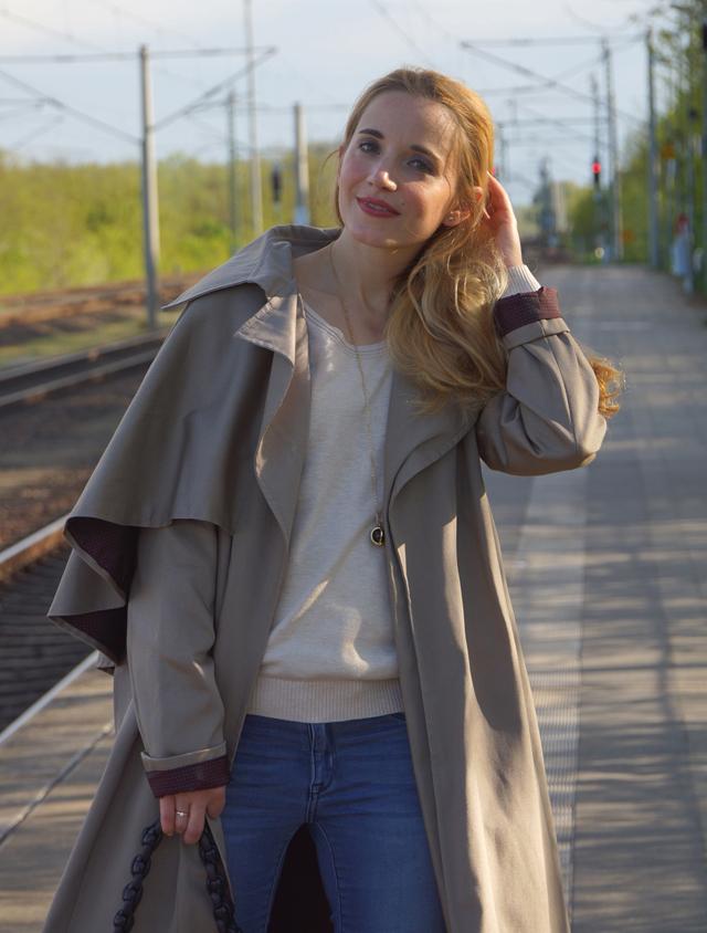Outfit Eva Green Trenchcoat mit Seitencape 07