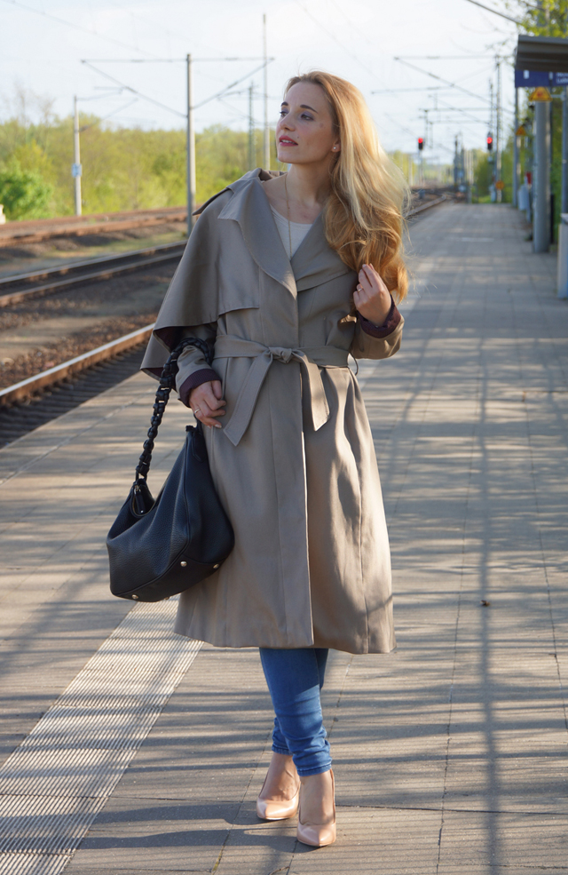 Outfit Eva Green Trenchcoat mit Seitencape 08