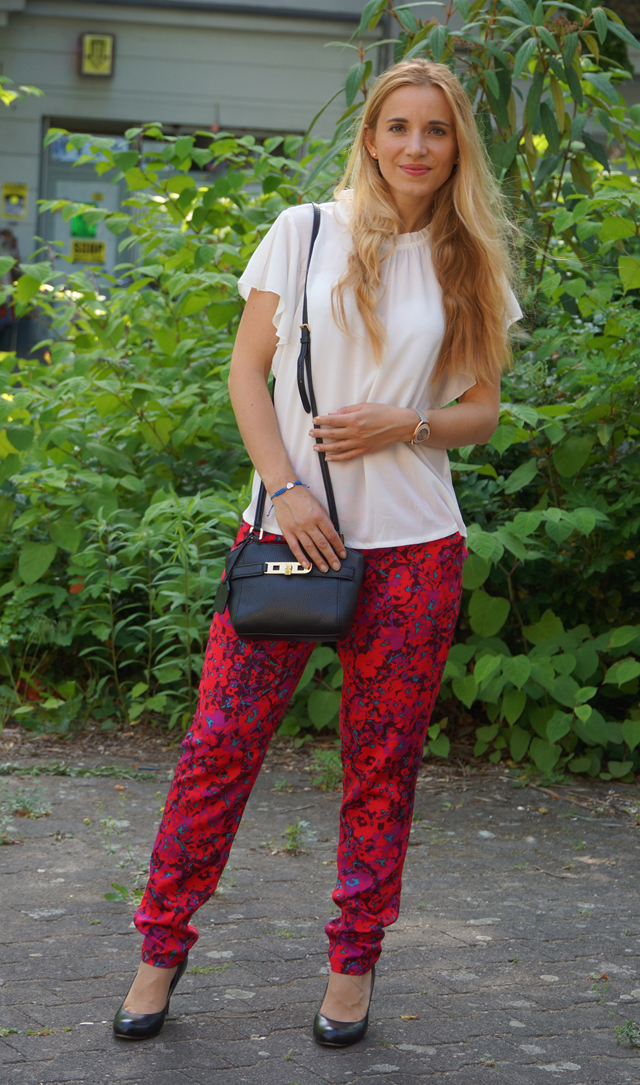 Outfit weiße Bluse und rote Hose 03