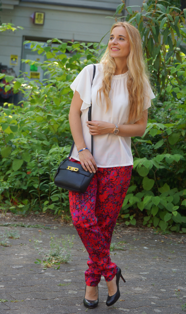 Outfit weiße Bluse und rote Hose 06