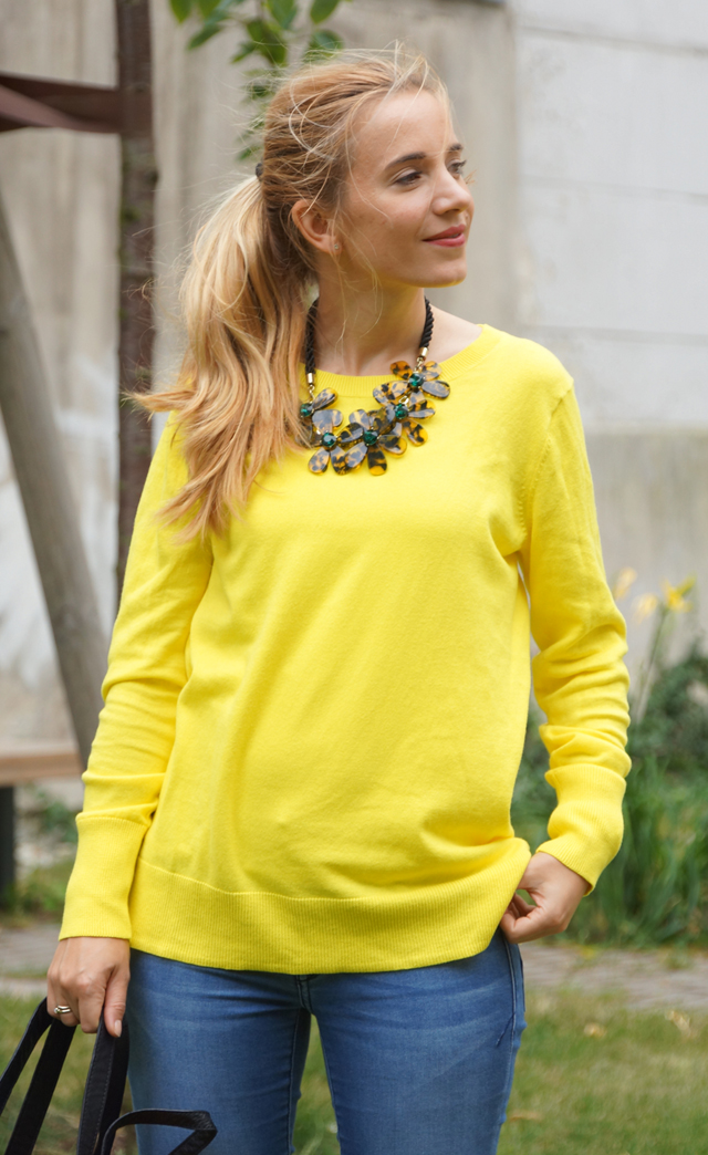 Outfit gelber Pullover & Statementkette 02