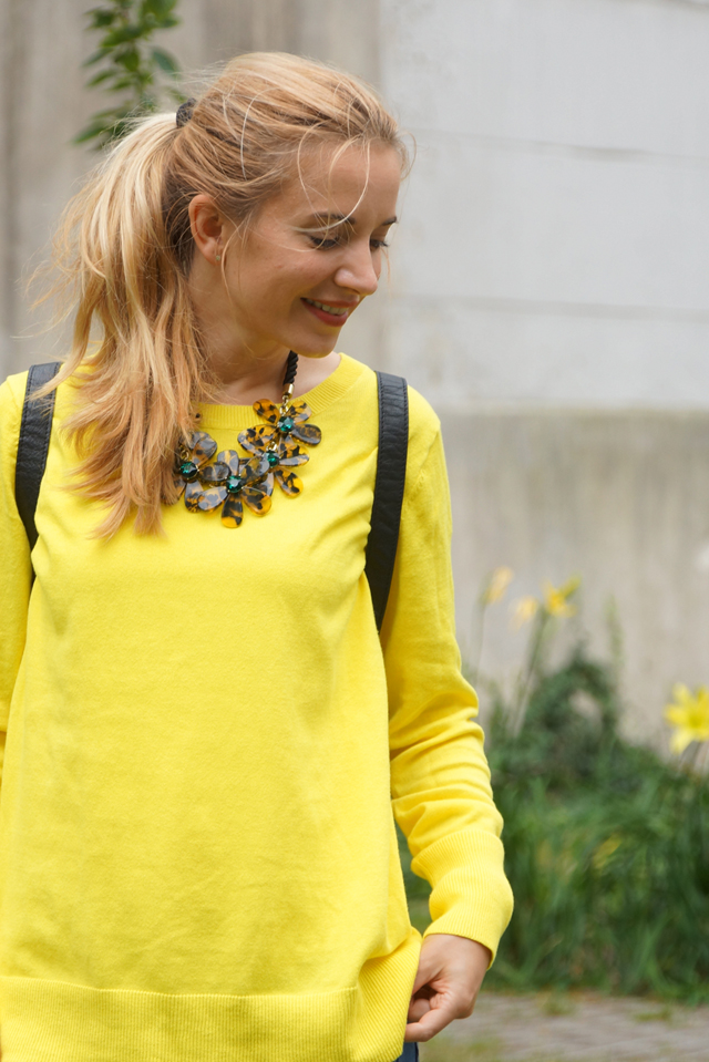 Outfit gelber Pullover & Statementkette 03