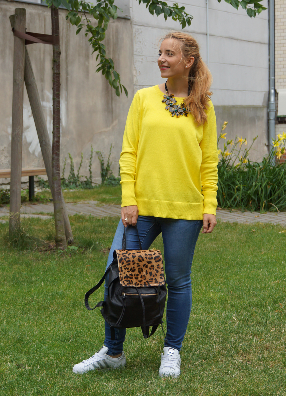 Outfit gelber Pullover & Statementkette 05