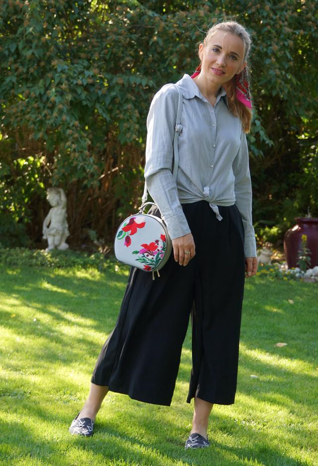 Outfit schwarze Culotte und graue Bluse 02