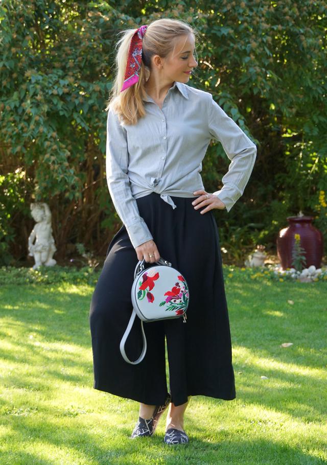 Outfit schwarze Culotte und graue Bluse 03