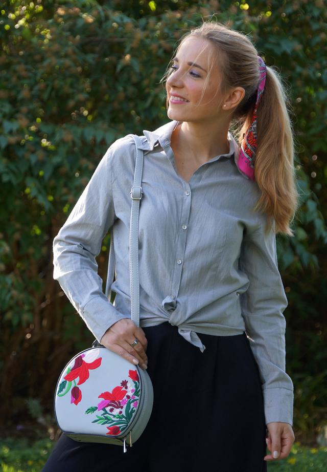Outfit schwarze Culotte und graue Bluse 05