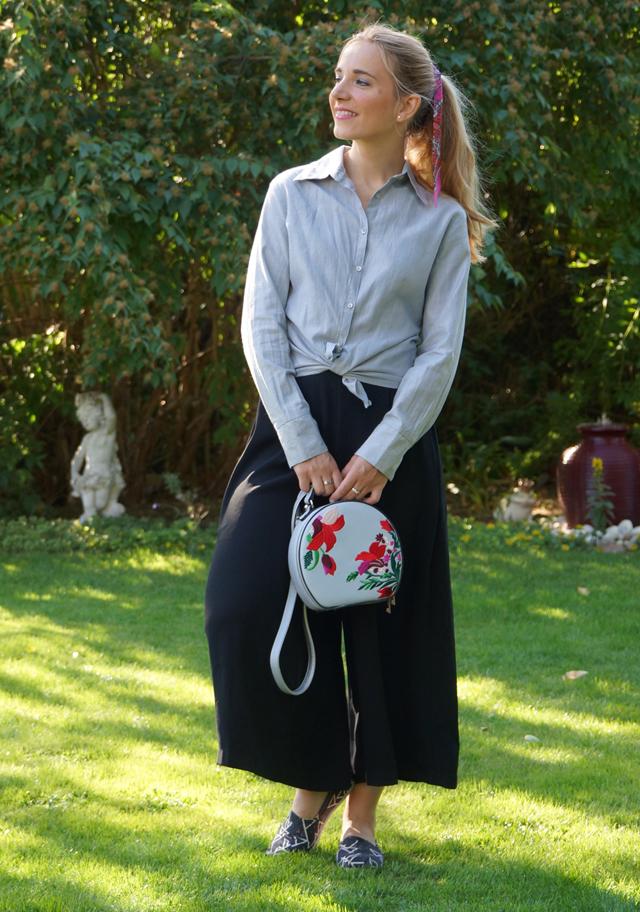 Outfit schwarze Culotte und graue Bluse 07