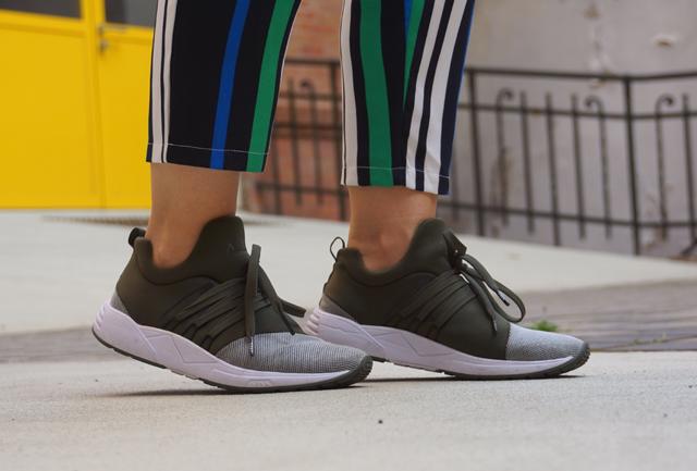 Outfit ARKK Copenhagen Sneaker & Streifenhose 03