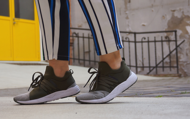 Outfit ARKK Copenhagen Sneaker & Streifenhose 09