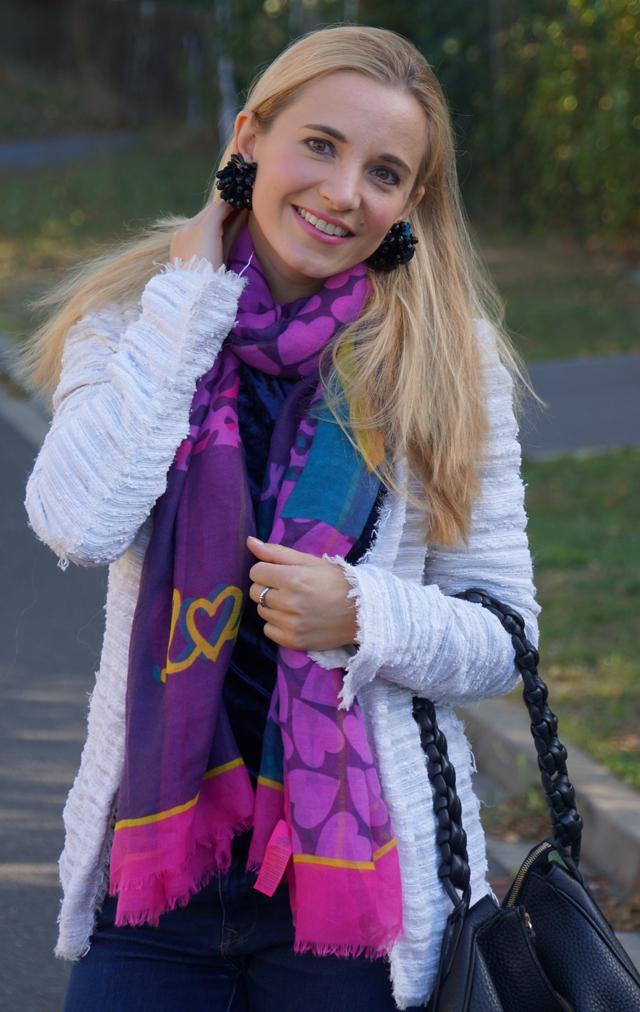 Outfit Schwarze Ohrclips buntes Halstuch 02