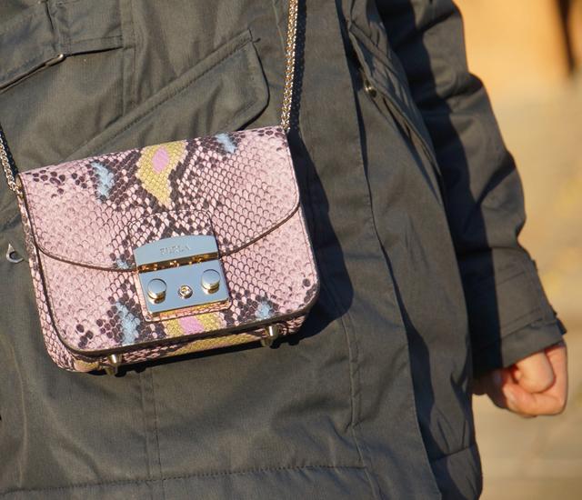 Outfit Snake-Print Tasche & grüne Bommelmütze 05
