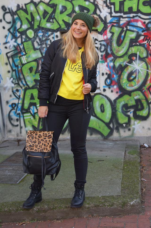 Outfit Lee Smiley & zwei Bommel-Mütze 07