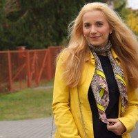 Outfit Gelber Mantel und Leo-Tuch 01