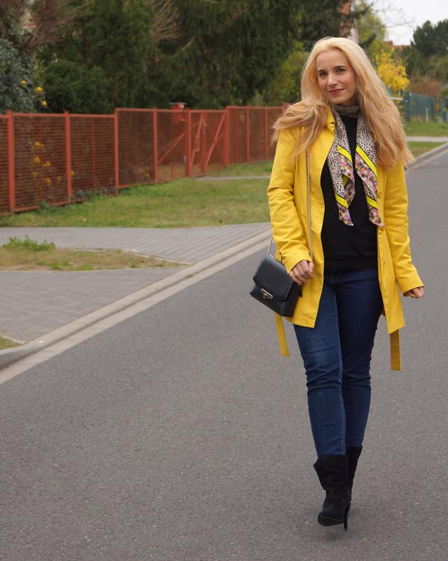 Outfit Gelber Mantel und Leo-Tuch 02