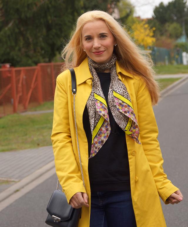 Outfit Gelber Mantel und Leo-Tuch 03