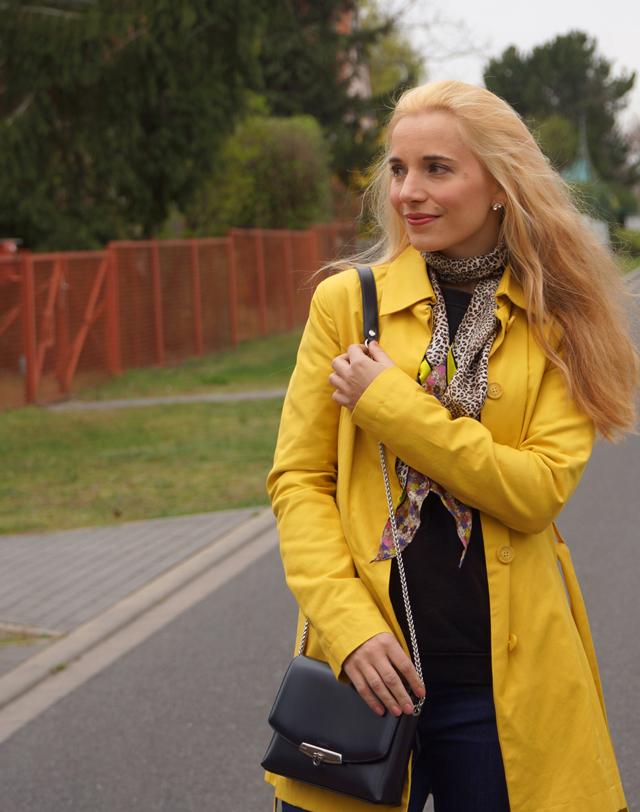 Outfit Gelber Mantel und Leo-Tuch 05