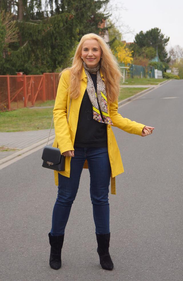 Outfit Gelber Mantel und Leo-Tuch 06