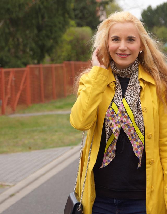 Outfit Gelber Mantel und Leo-Tuch 09