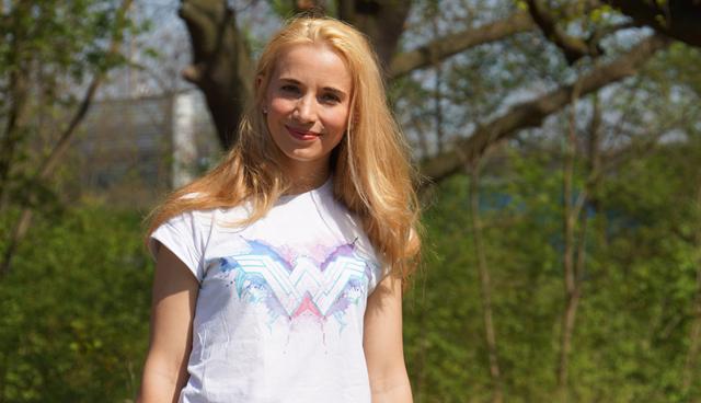 Outfit Wonder Woman Shirt & weiße Sneaker 01