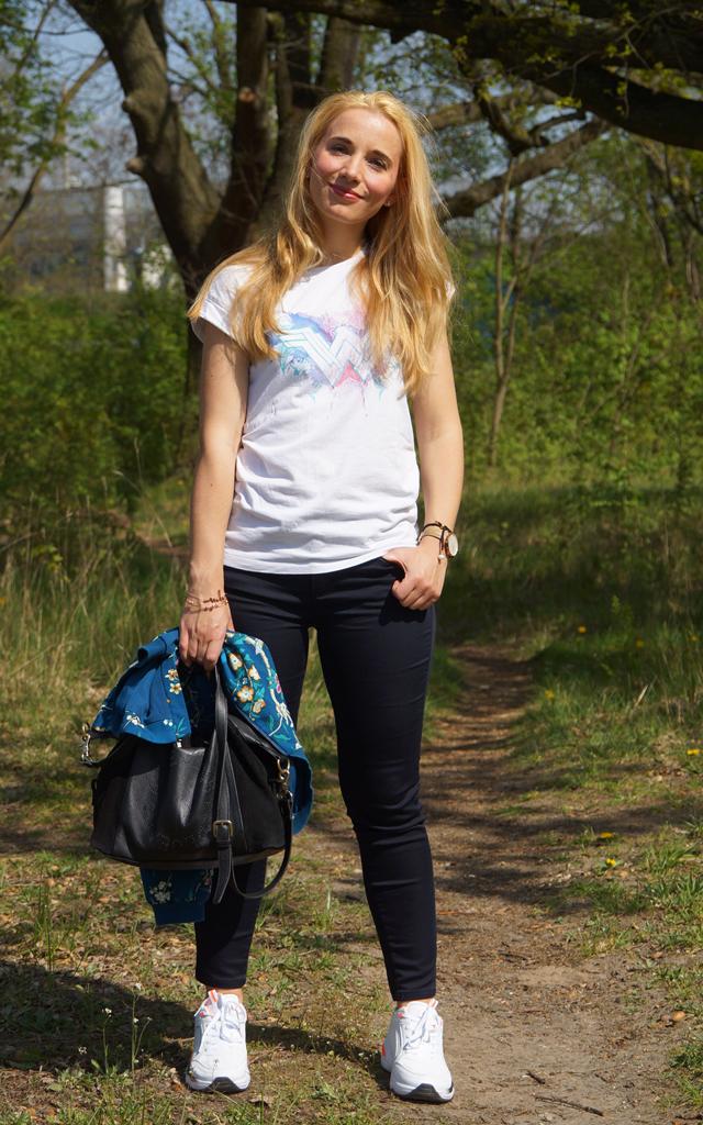Outfit Wonder Woman Shirt & weiße Sneaker 02