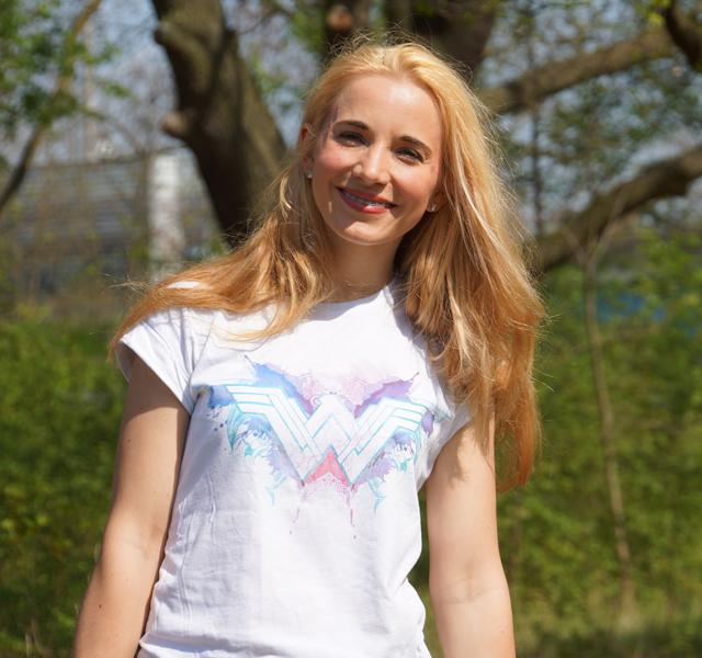 Outfit Wonder Woman Shirt & weiße Sneaker 06