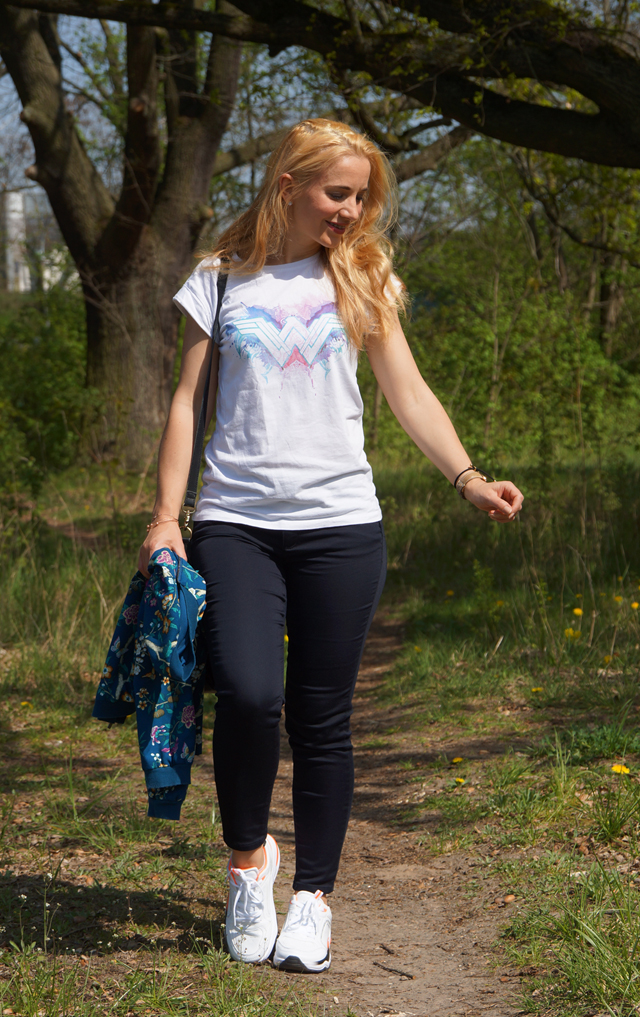 Outfit Wonder Woman Shirt & weiße Sneaker 08