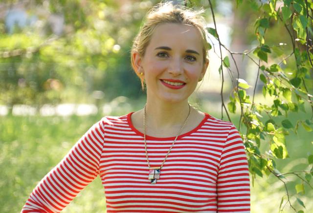 Outfit rotes Streifenshirt und weiße Culotte