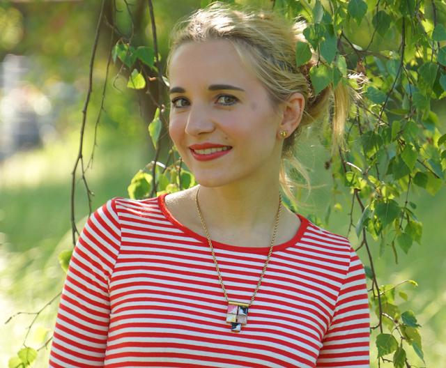 Outfit rotes Streifenshirt und weiße Culotte 01