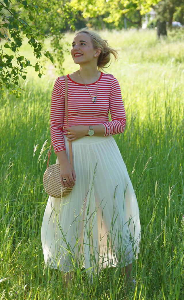 Outfit rotes Streifenshirt und weiße Culotte 05
