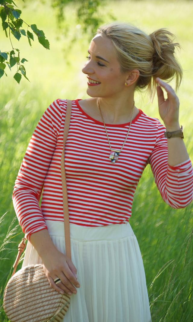 Outfit rotes Streifenshirt und weiße Culotte 06