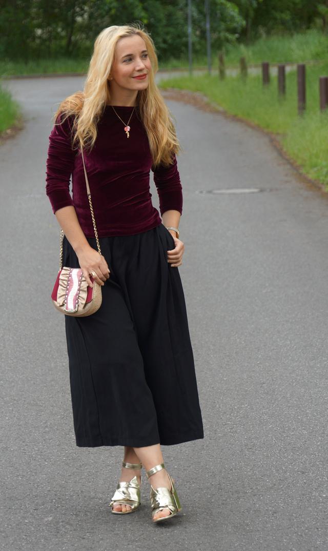 Outfit schwarze Culotte und Samtoberteil 01