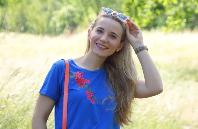 Outfit Rosa Rock & blaues Shirt mit Blumenstickerei 01