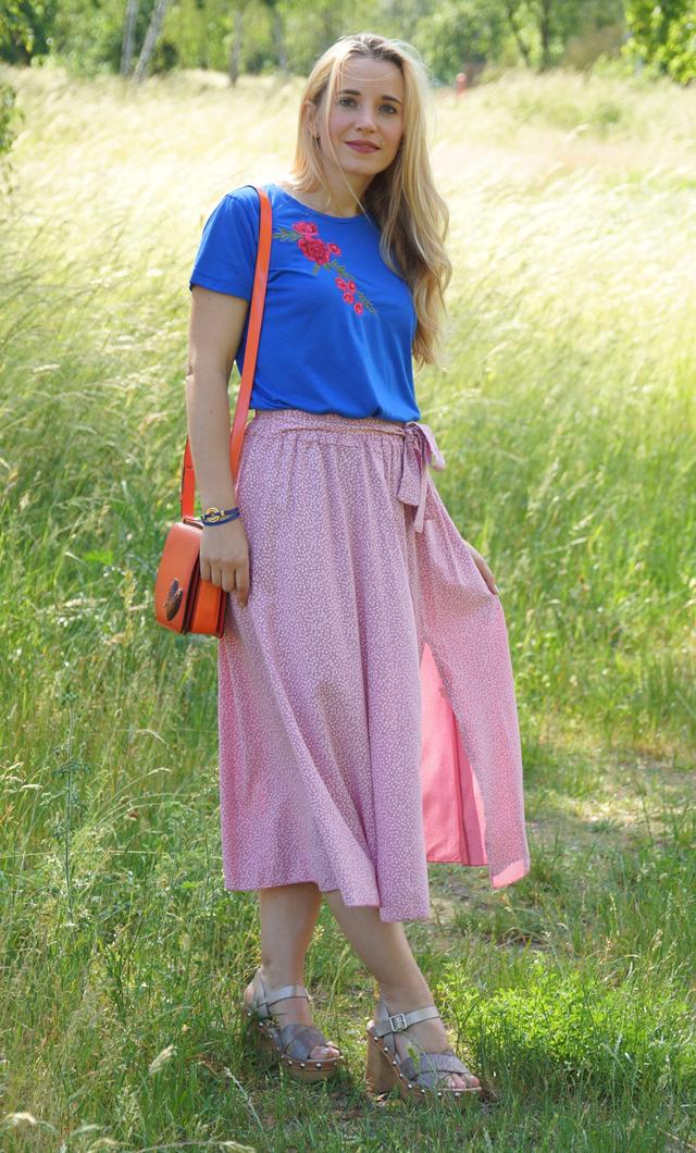 Outfit Rosa Rock & blaues Shirt mit Blumenstickerei 02