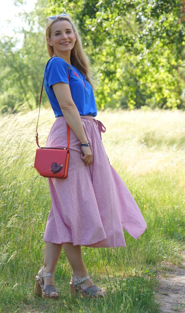 Outfit Rosa Rock & blaues Shirt mit Blumenstickerei 03