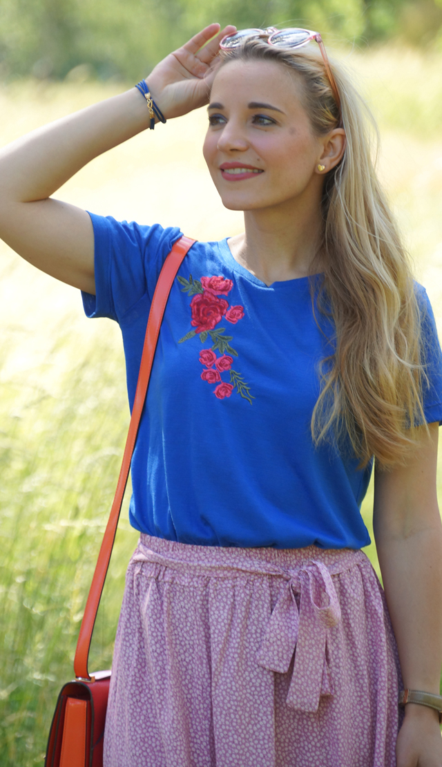 Outfit Rosa Rock & blaues Shirt mit Blumenstickerei 04