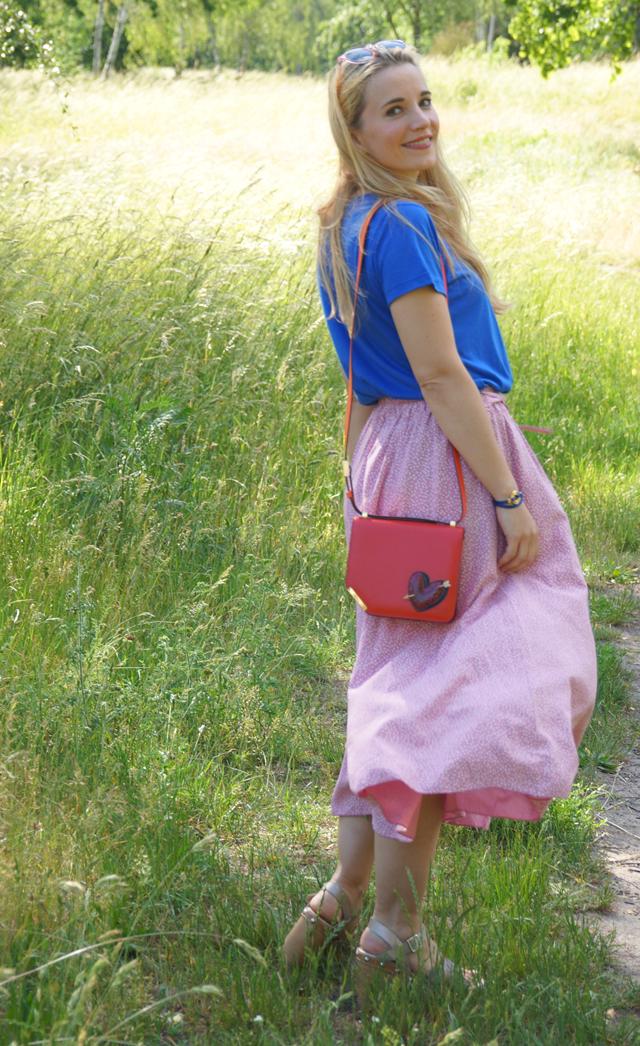 Outfit Rosa Rock & blaues Shirt mit Blumenstickerei 05