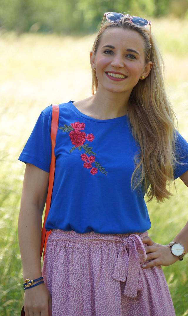 Outfit Rosa Rock & blaues Shirt mit Blumenstickerei 06