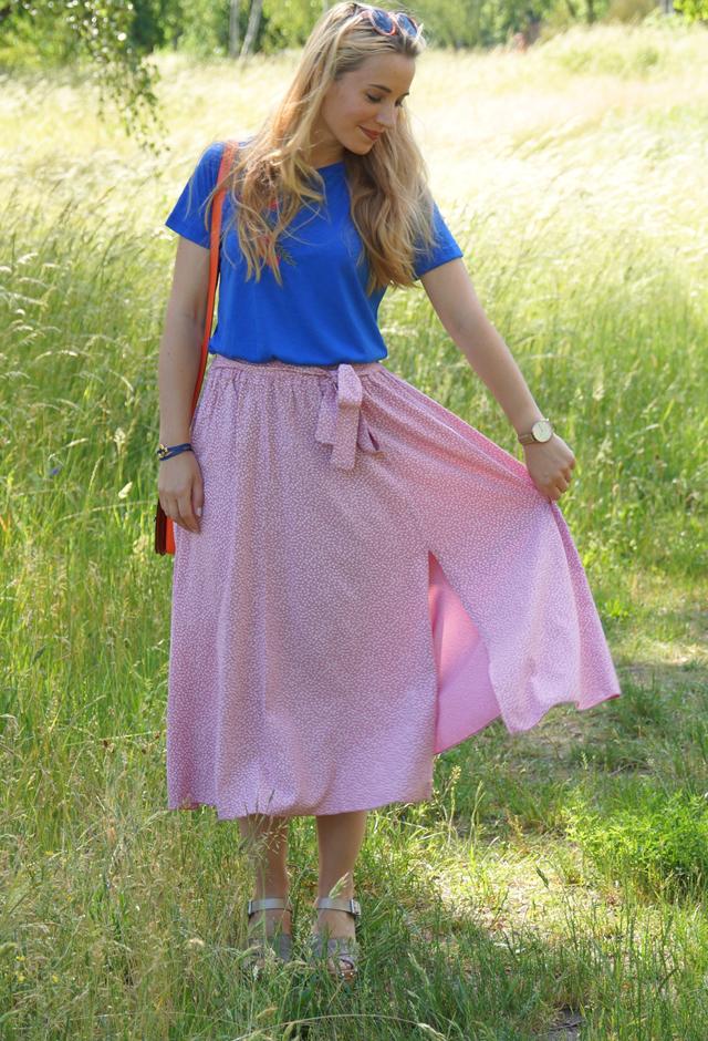 Outfit Rosa Rock & blaues Shirt mit Blumenstickerei 07