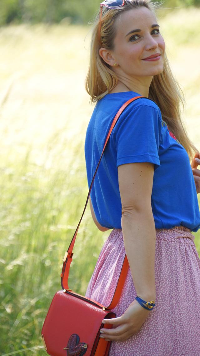 Outfit Rosa Rock & blaues Shirt mit Blumenstickerei 08