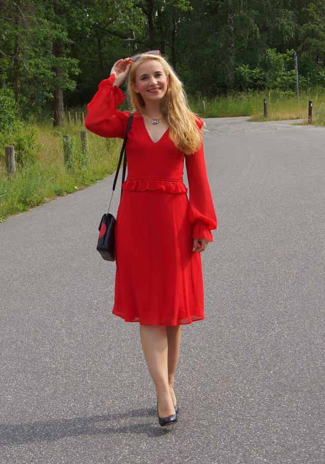 Outfit Rotes Kleid mit Sommerhut 01