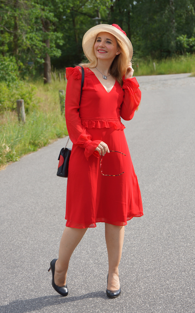 Outfit Rotes Kleid mit Sommerhut 03