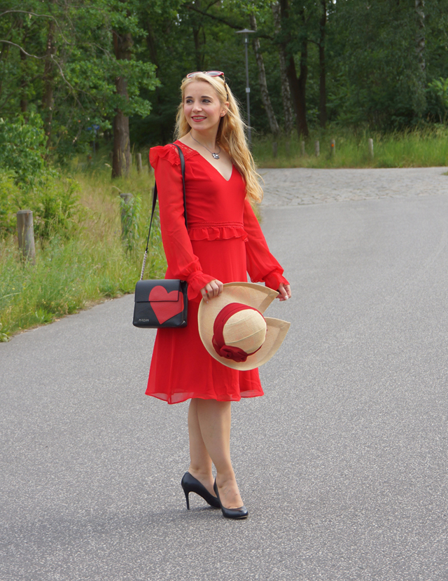 Outfit Rotes Kleid mit Sommerhut 04