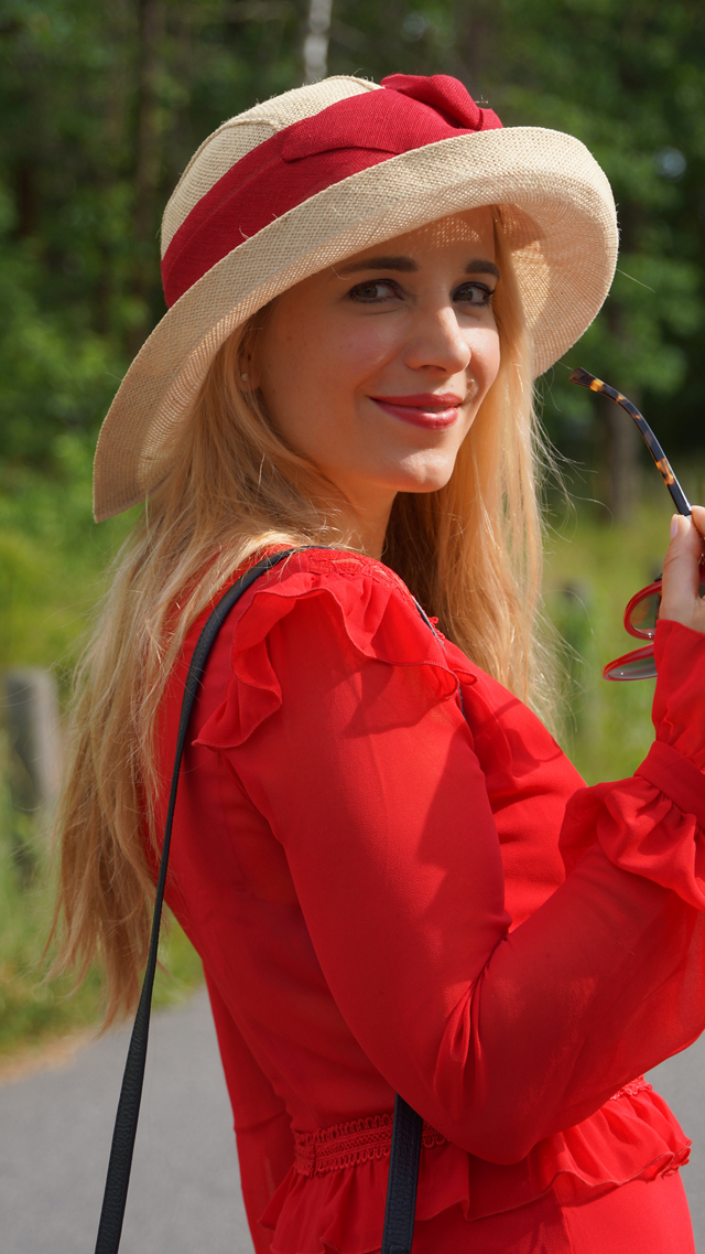 Outfit Rotes Kleid mit Sommerhut 05