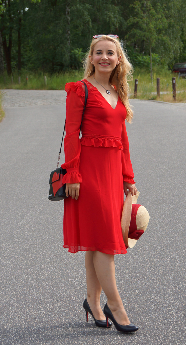 Outfit Rotes Kleid mit Sommerhut 08