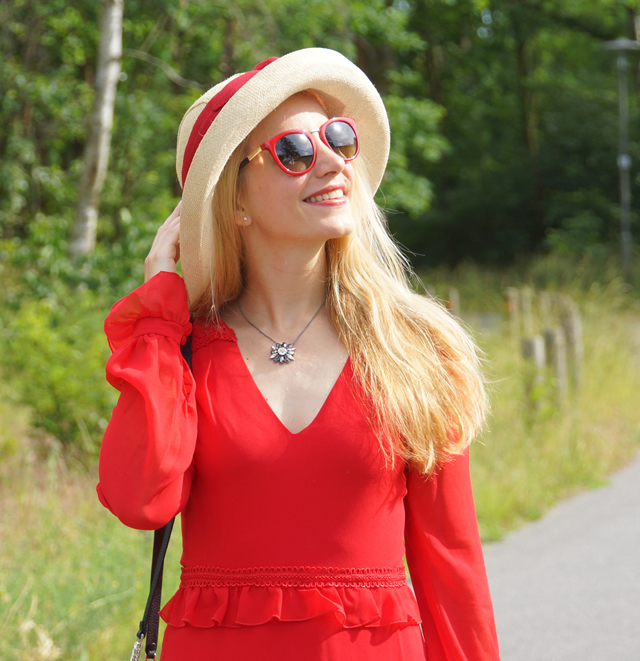 Outfit Rotes Kleid mit Sommerhut 10