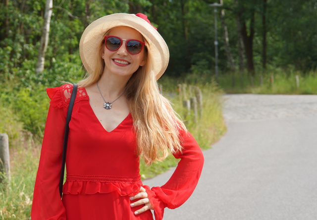 Outfit Rotes Kleid mit Sommerhut 11