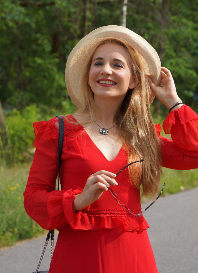 Outfit Rotes Kleid mit Sommerhut 6