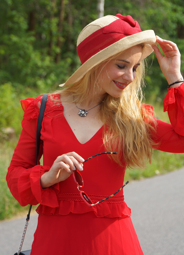 Outfit Rotes Kleid mit Sommerhut 7