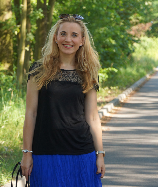 Outfit Blauer Maxirock & schwarzes Spitzen-Shirt 02