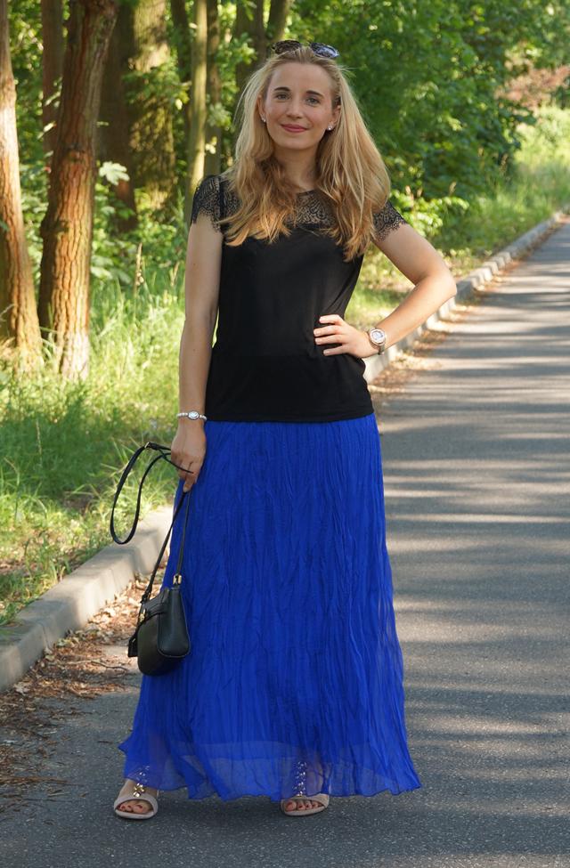 Outfit Blauer Maxirock & schwarzes Spitzen-Shirt 03
